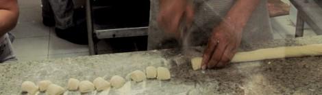 Rong He e o espetáculo do macarrão