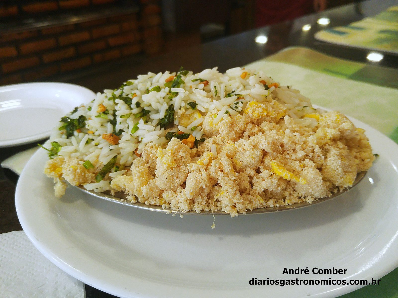 Quick Galetos, farofa de banana, arroz de brocolis